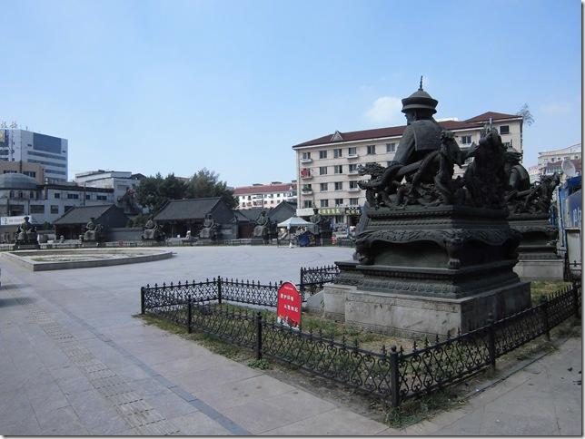 皇帝たちの銅像