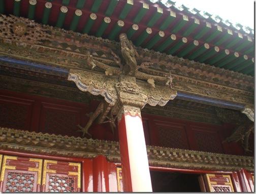 四角形の柱と上部の斗拱(枡形の飾り)