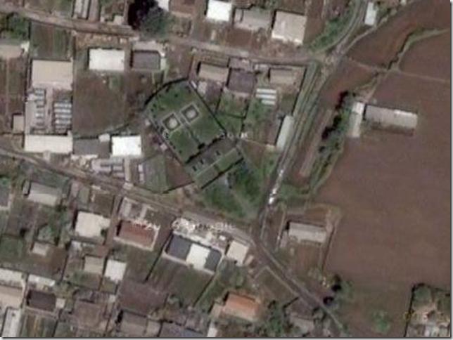 ムルハチ(右)、ダルチャ墓(左)(一枚目の衛星写真の赤い円部分を拡大)