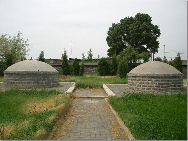 ムルハチ墓(左)、ダルチャ墓(右)