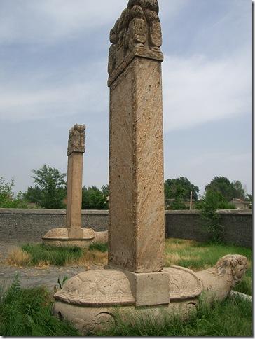 東京陵 ムルハチ(手前)、ダルチャ(奥)石碑